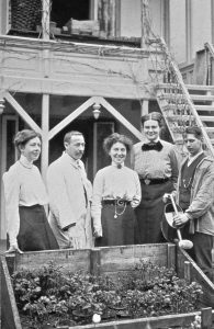 Johanna_Westerdijk_(2nd_from_right)_Phytopathologisch_Laboratorium_Willie_Commelin_Scholten, Baarn