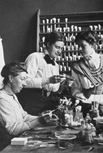 Johanna_Westerdijk_(middle)_Phytopathologisch_Laboratorium_Willie_Commelin_Scholten_Amsterdam_1918
